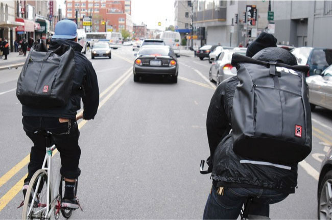 deux coursiers à vélo
